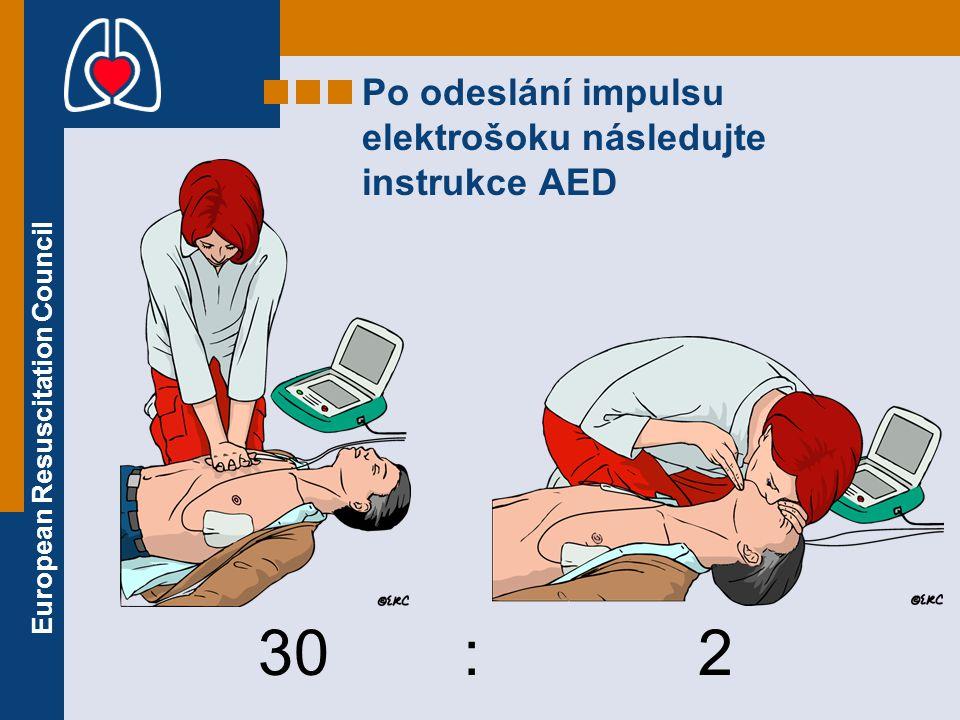 Po odeslání impulsu elektrošoku následujte instrukce AED