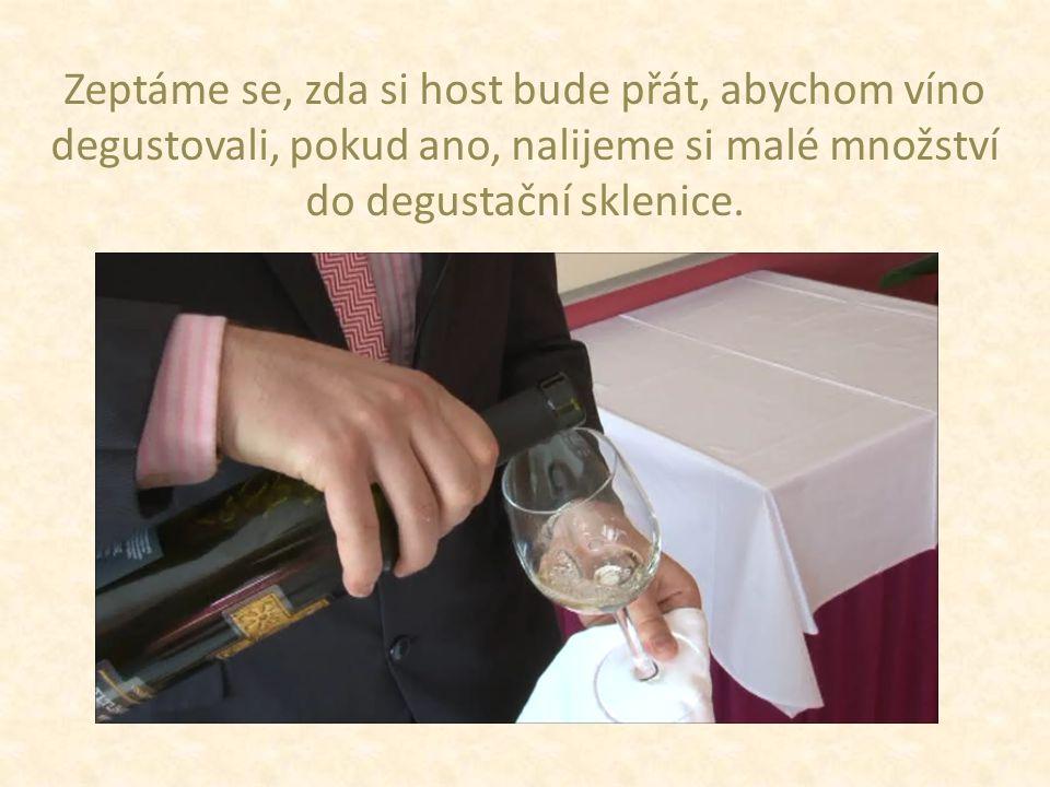 Zeptáme se, zda si host bude přát, abychom víno