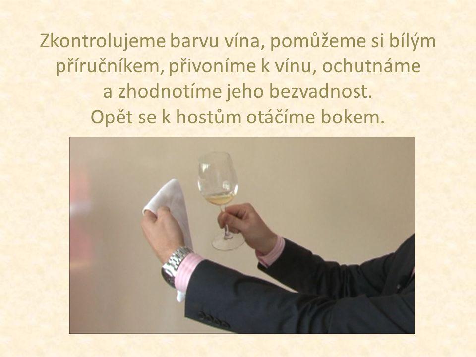 Zkontrolujeme barvu vína, pomůžeme si bílým