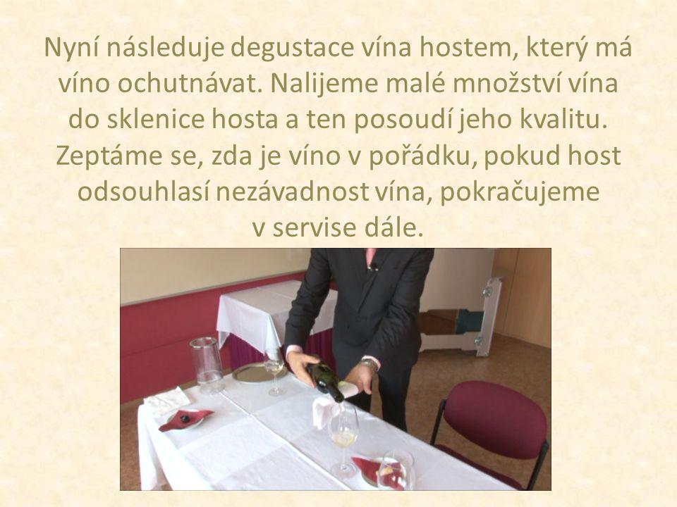 Nyní následuje degustace vína hostem, který má