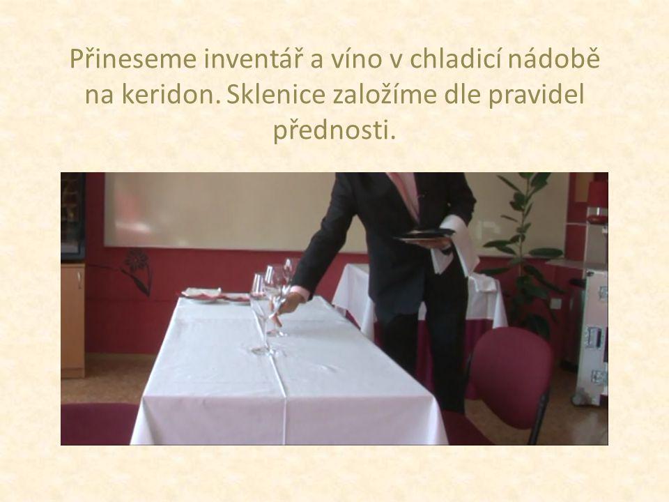 Přineseme inventář a víno v chladicí nádobě