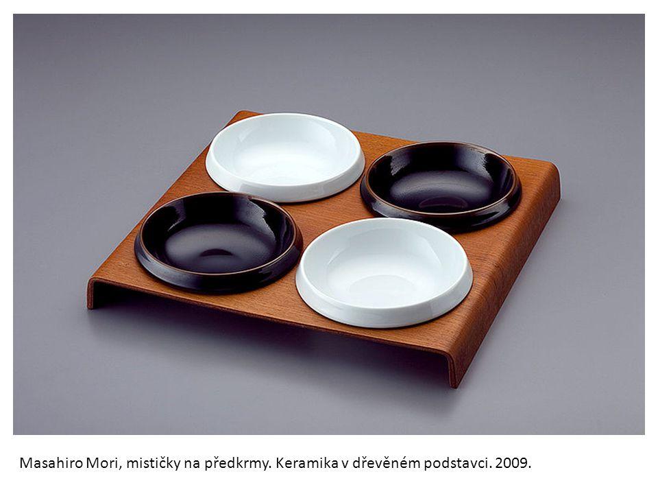 Masahiro Mori, mističky na předkrmy. Keramika v dřevěném podstavci