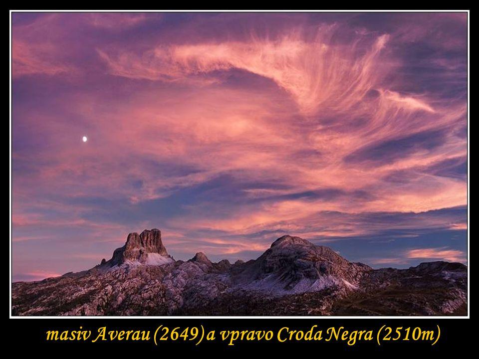 masiv Averau (2649) a vpravo Croda Negra (2510m)