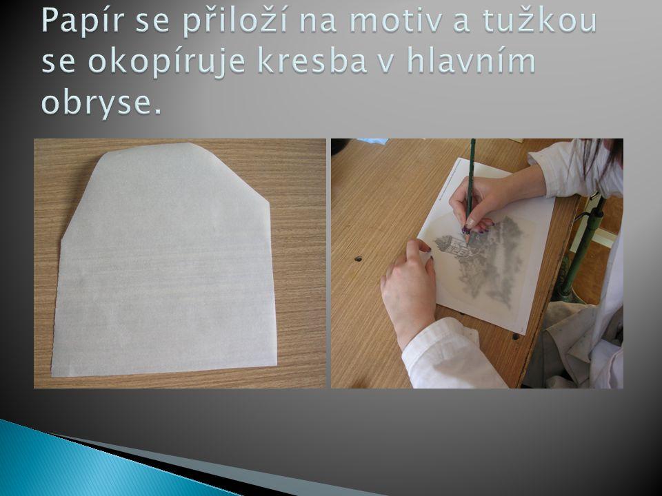 Papír se přiloží na motiv a tužkou se okopíruje kresba v hlavním obryse.