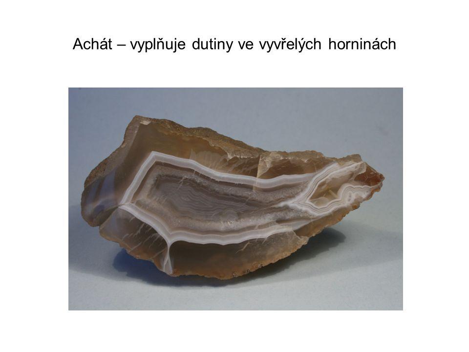 Achát – vyplňuje dutiny ve vyvřelých horninách