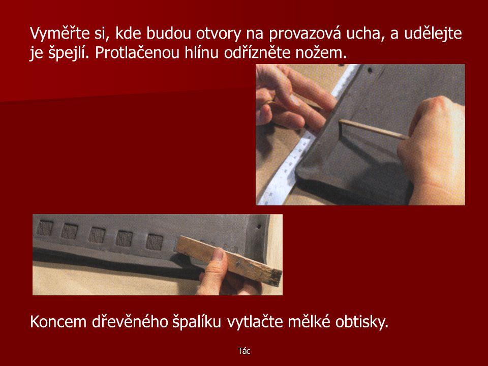 Koncem dřevěného špalíku vytlačte mělké obtisky.