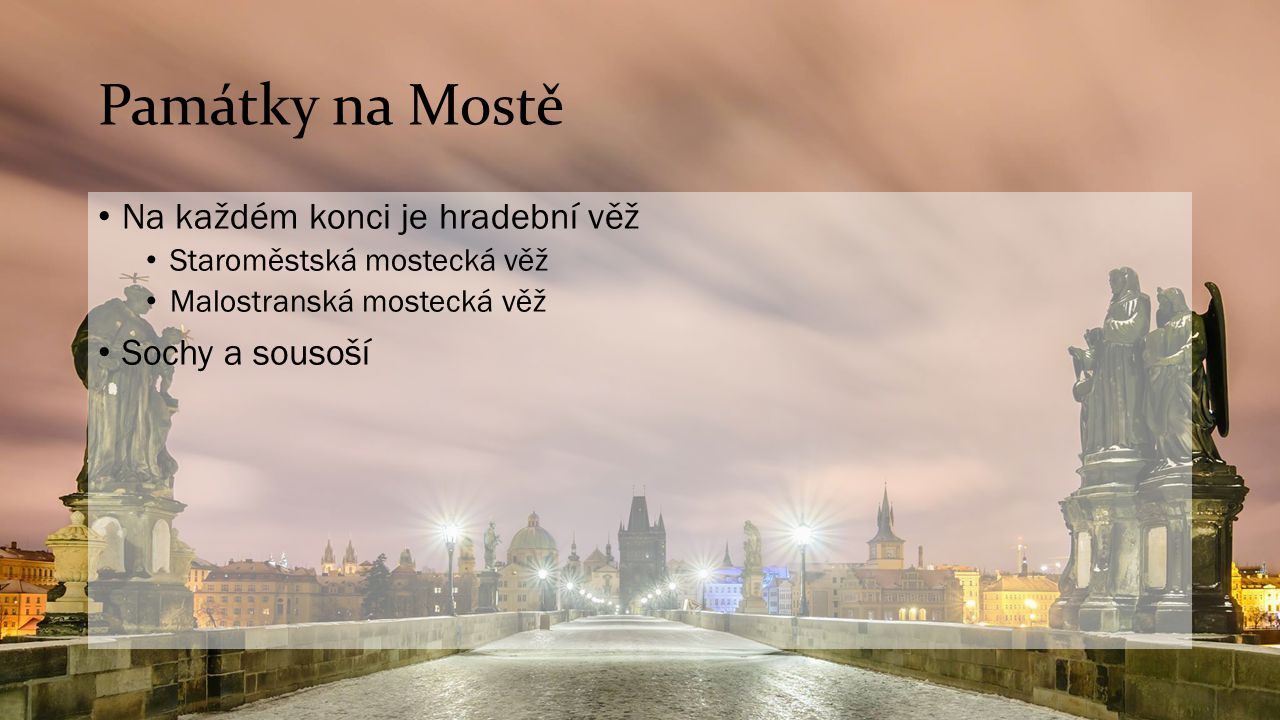 Památky na Mostě Na každém konci je hradební věž Sochy a sousoší