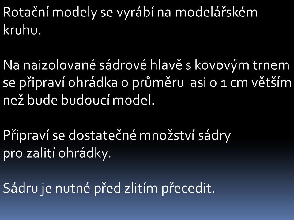 Rotační modely se vyrábí na modelářském kruhu.