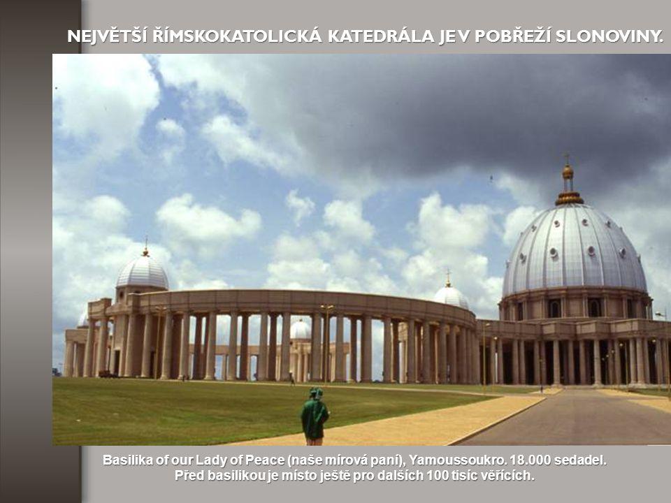 Před basilikou je místo ještě pro dalších 100 tisíc věřících.