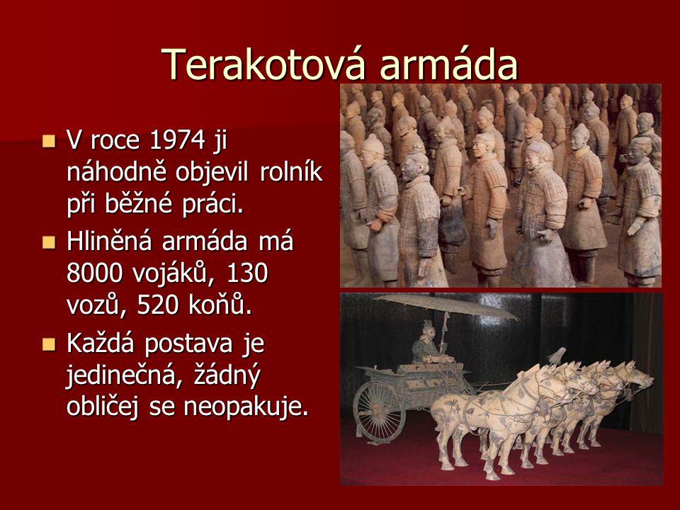 Terakotová armáda V roce 1974 ji náhodně objevil rolník při běžné práci. Hliněná armáda má 8000 vojáků, 130 vozů, 520 koňů.