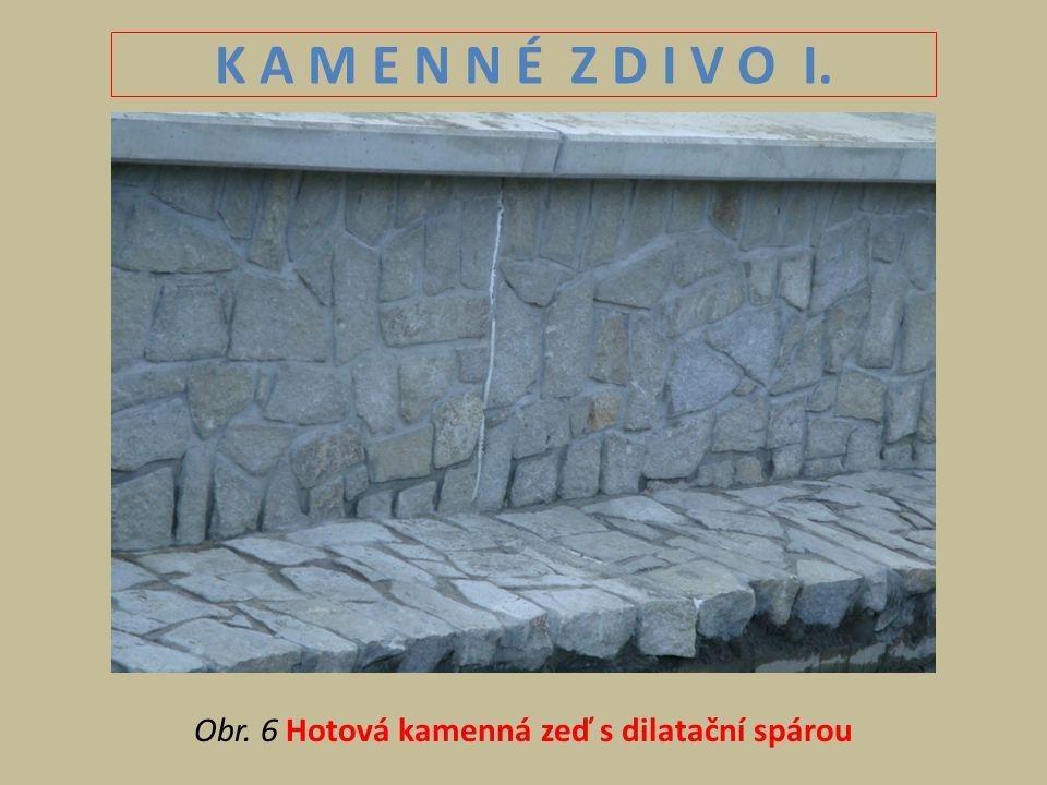 Obr. 6 Hotová kamenná zeď s dilatační spárou
