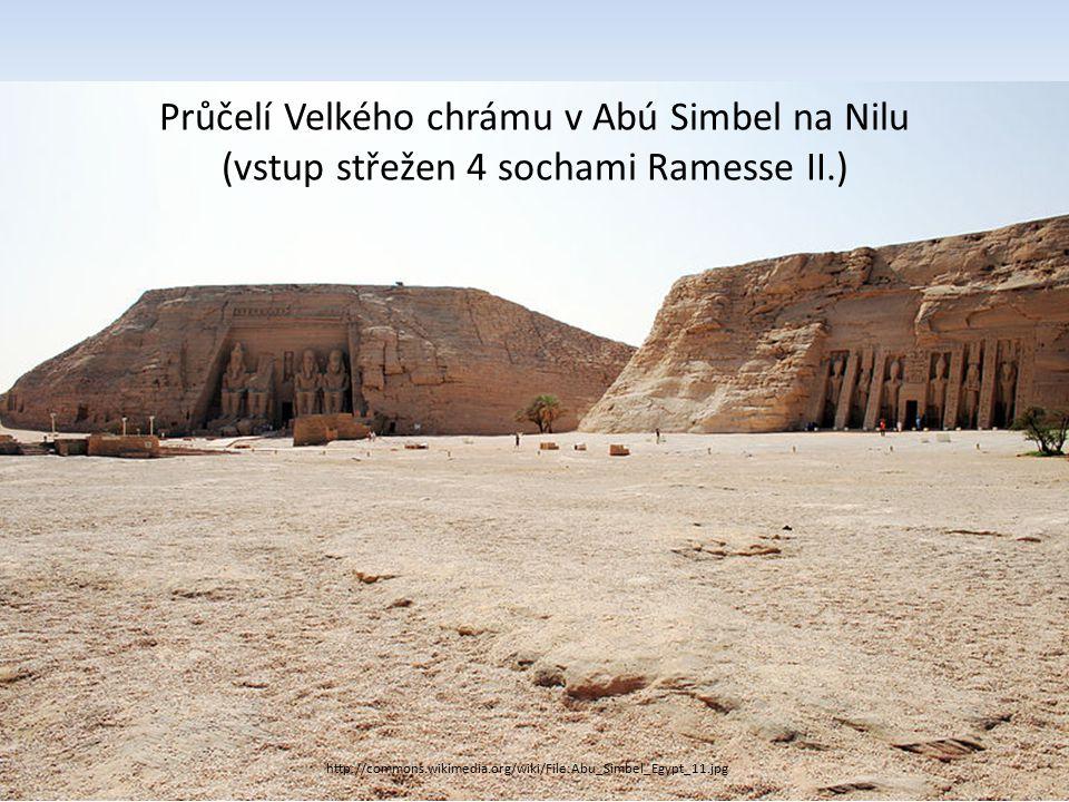 Průčelí Velkého chrámu v Abú Simbel na Nilu (vstup střežen 4 sochami Ramesse II.)