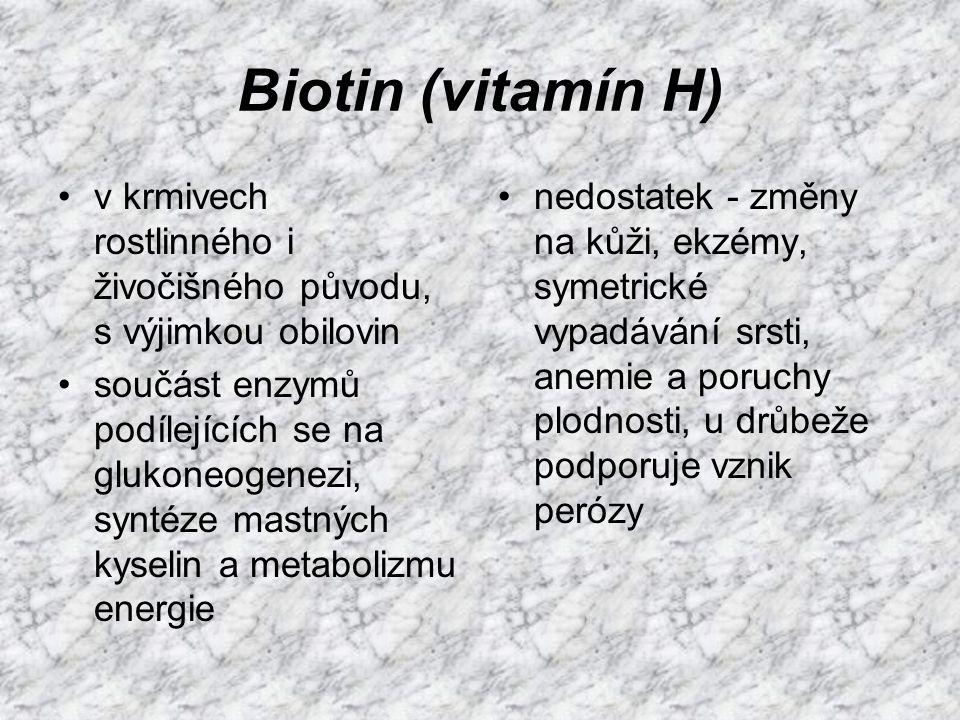 Biotin (vitamín H) v krmivech rostlinného i živočišného původu, s výjimkou obilovin.