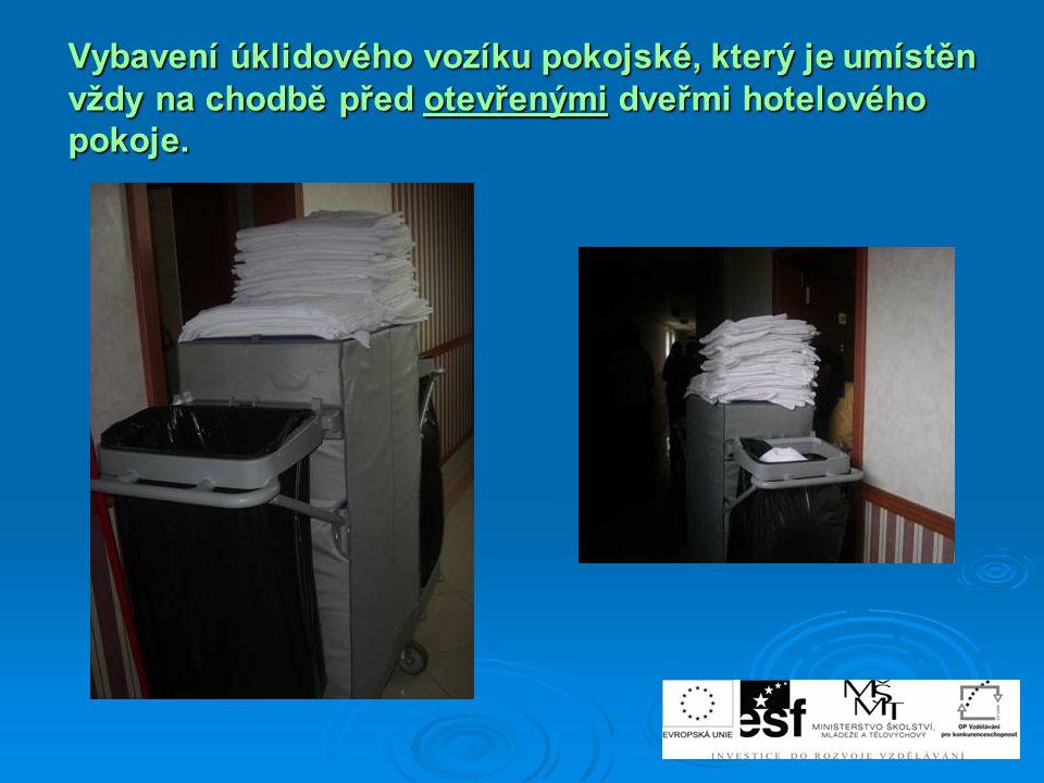 Vybavení úklidového vozíku pokojské, který je umístěn vždy na chodbě před otevřenými dveřmi hotelového pokoje.