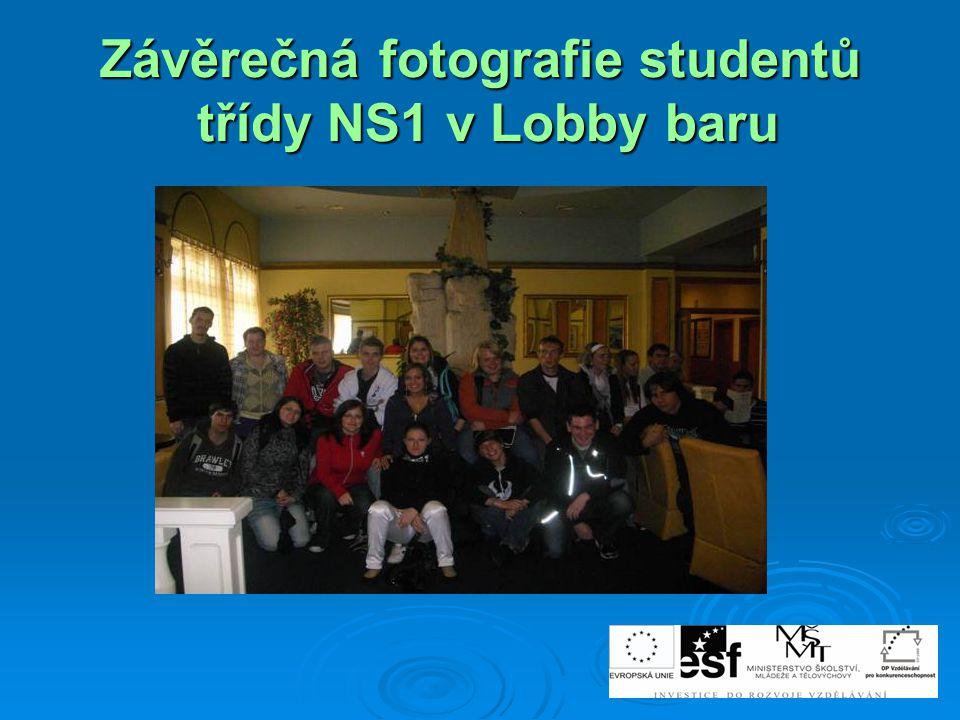 Závěrečná fotografie studentů třídy NS1 v Lobby baru
