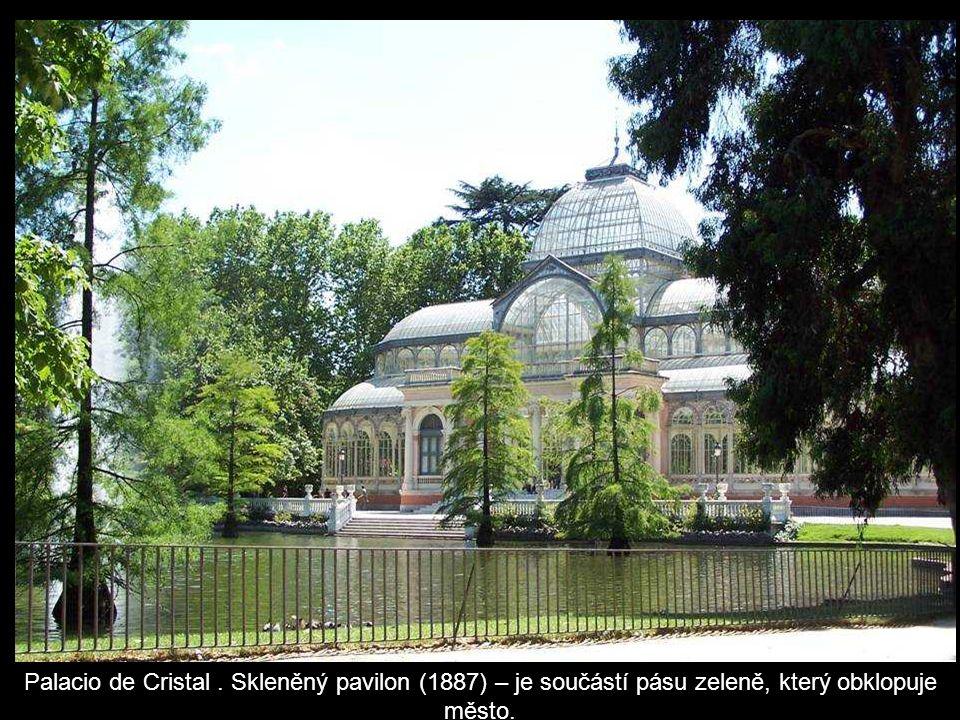 Palacio de Cristal . Skleněný pavilon (1887) – je součástí pásu zeleně, který obklopuje město.