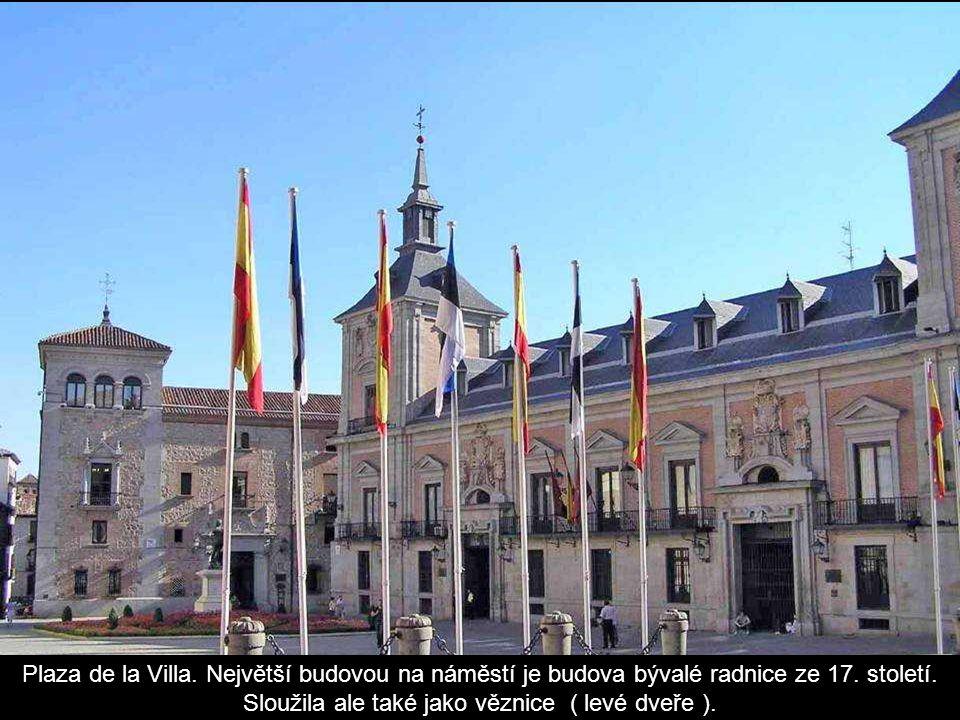 Plaza de la Villa. Největší budovou na náměstí je budova bývalé radnice ze 17.