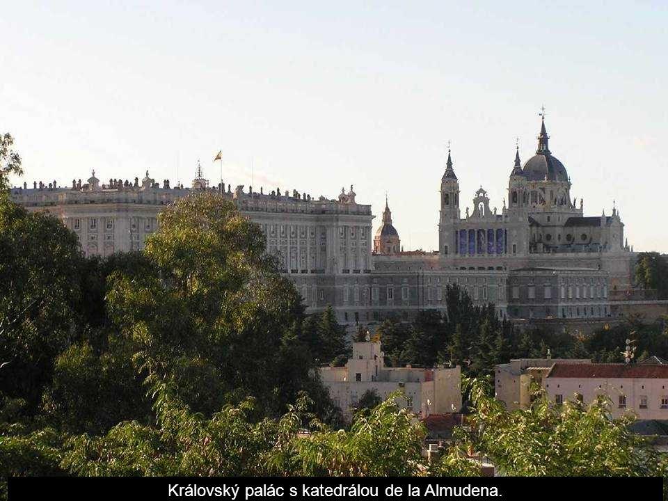 Královský palác s katedrálou de la Almudena.
