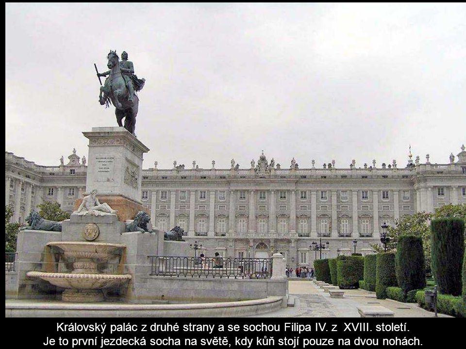 Královský palác z druhé strany a se sochou Filipa IV. z XVIII. století.