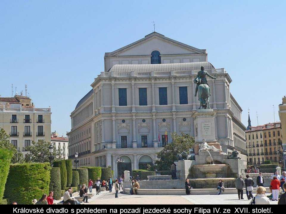 Královské divadlo s pohledem na pozadí jezdecké sochy Filipa IV