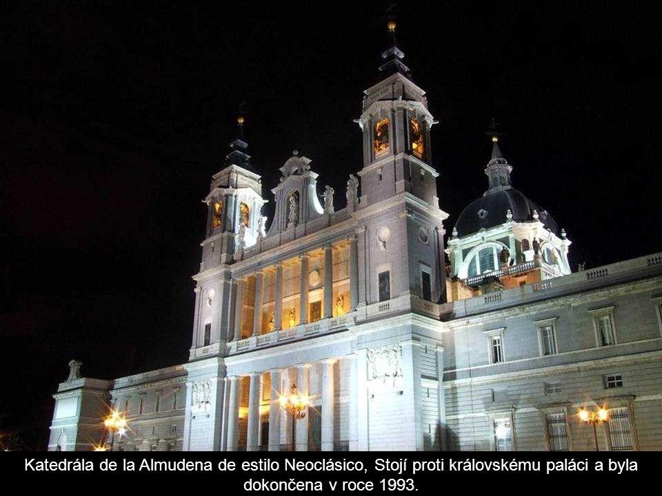 Katedrála de la Almudena de estilo Neoclásico, Stojí proti královskému paláci a byla dokončena v roce 1993.