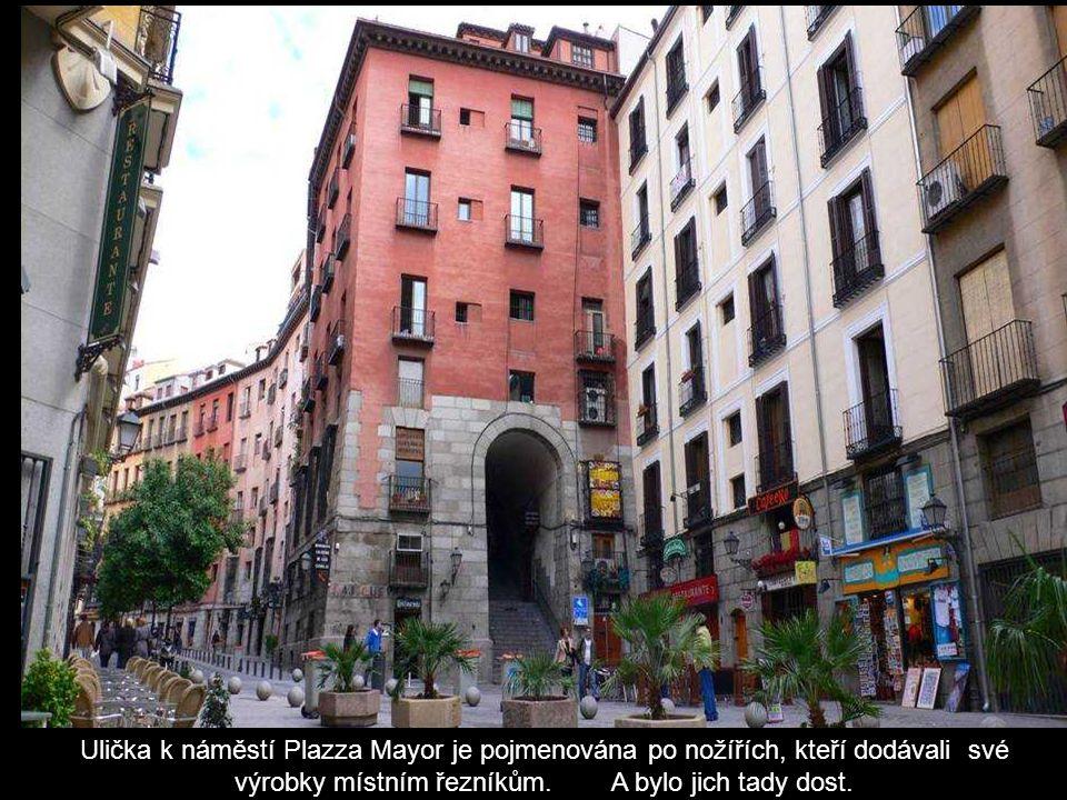 Ulička k náměstí Plazza Mayor je pojmenována po nožířích, kteří dodávali své výrobky místním řezníkům.