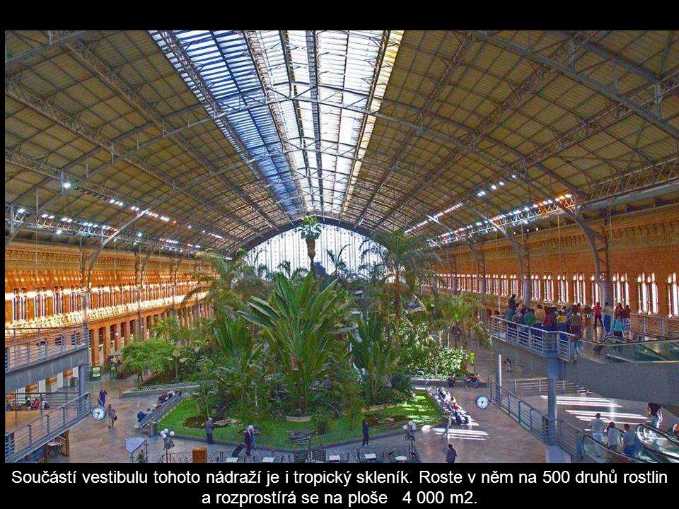 Součástí vestibulu tohoto nádraží je i tropický skleník