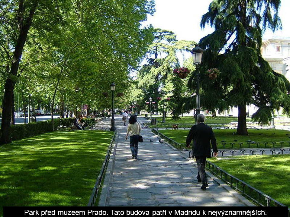 Park před muzeem Prado. Tato budova patří v Madridu k nejvýznamnějších.