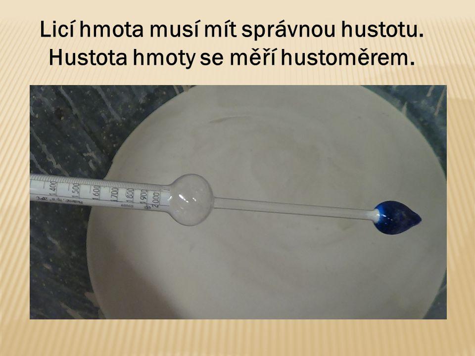 Licí hmota musí mít správnou hustotu. Hustota hmoty se měří hustoměrem.