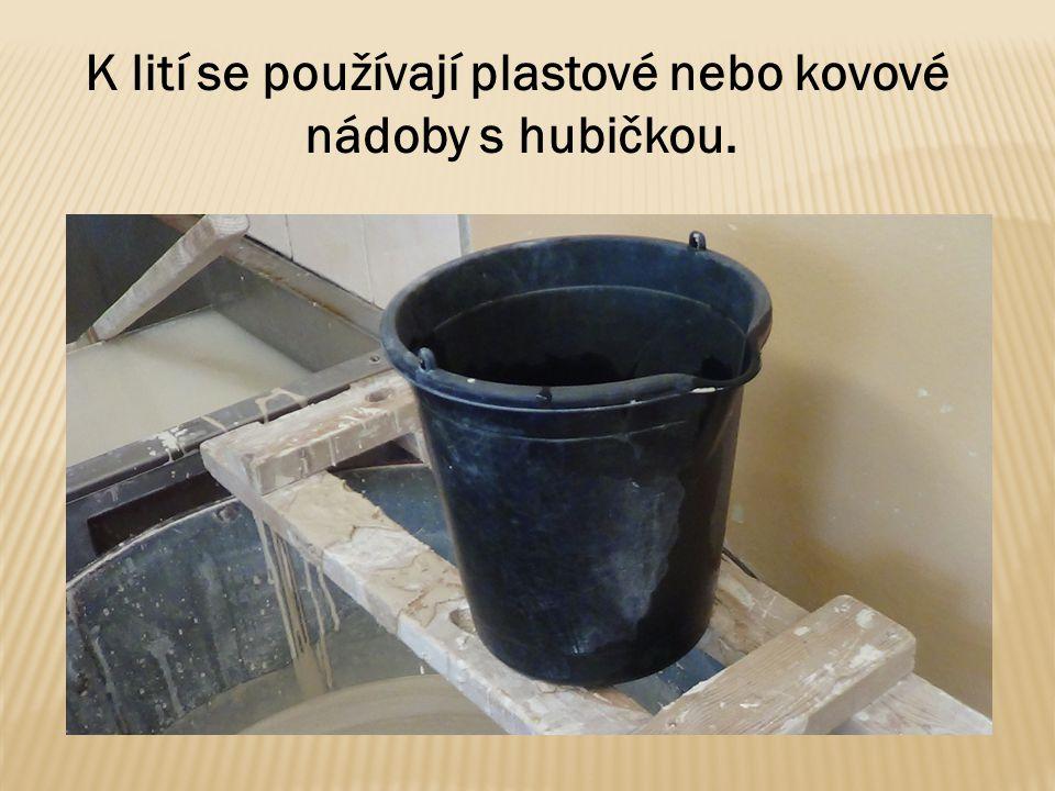 K lití se používají plastové nebo kovové nádoby s hubičkou.