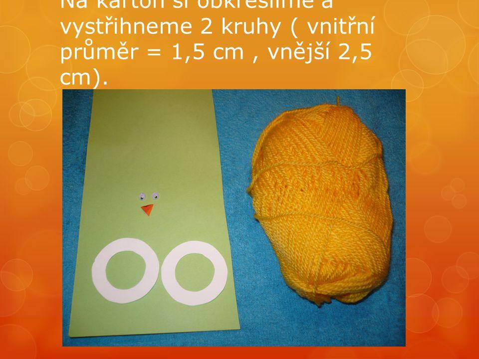 Na karton si obkreslíme a vystřihneme 2 kruhy ( vnitřní průměr = 1,5 cm , vnější 2,5 cm).