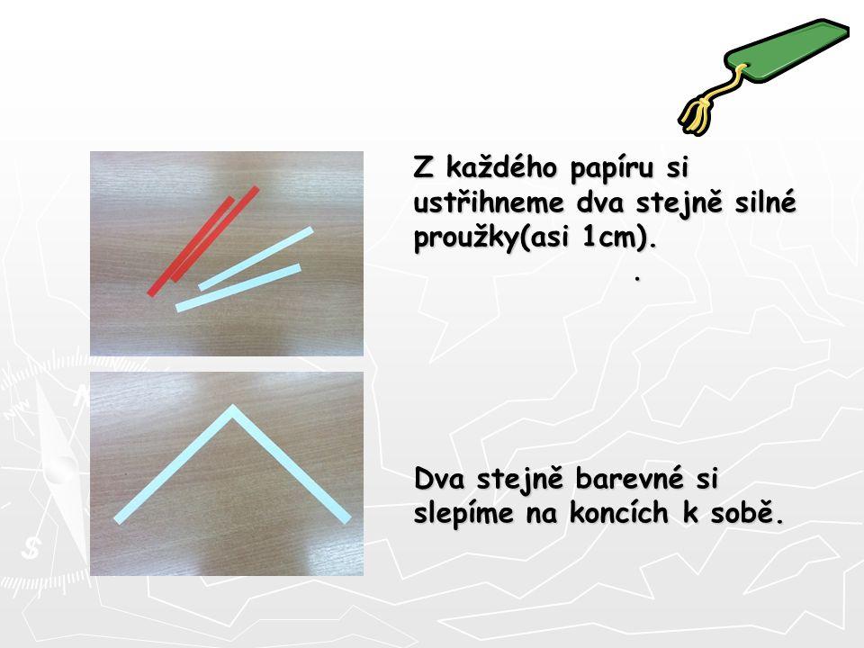 Z každého papíru si ustřihneme dva stejně silné proužky(asi 1cm)