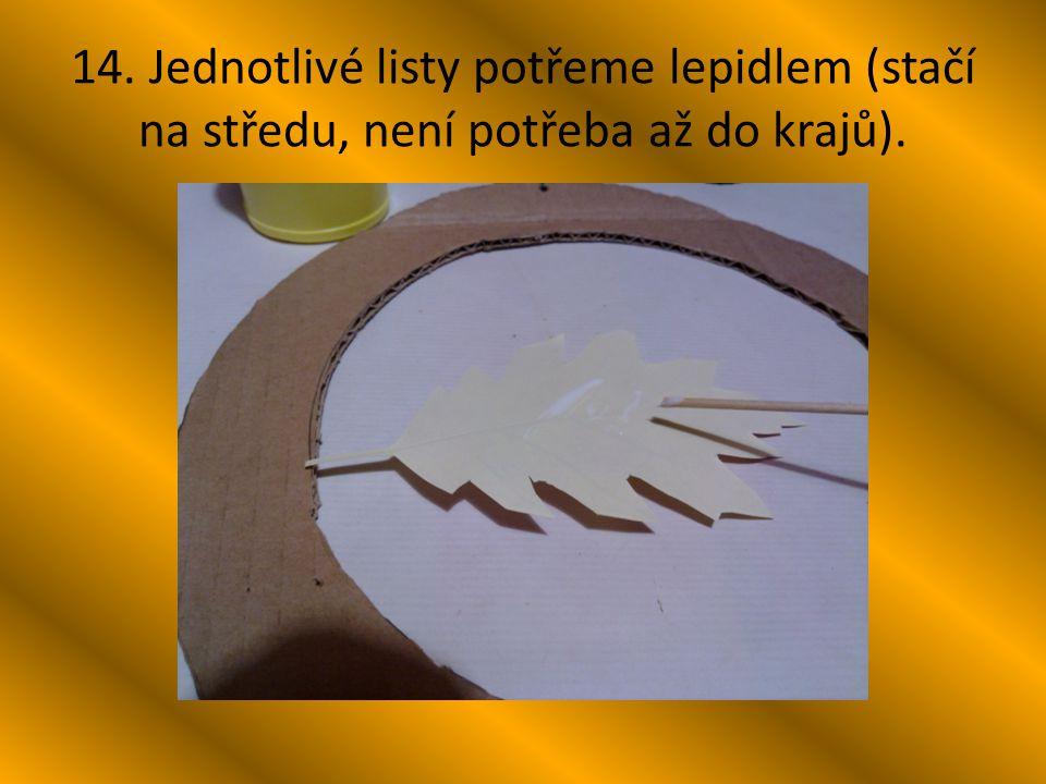 14. Jednotlivé listy potřeme lepidlem (stačí na středu, není potřeba až do krajů).