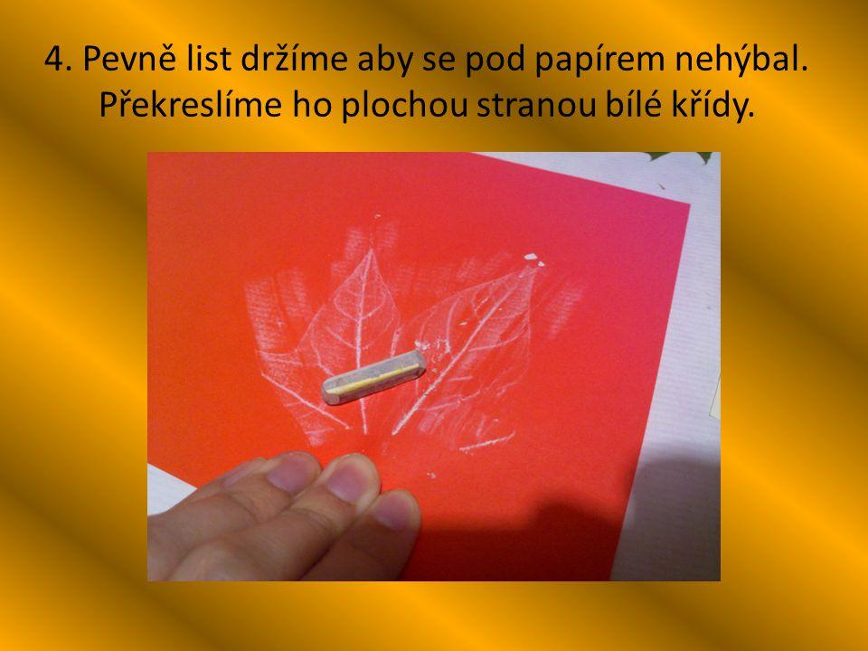 4. Pevně list držíme aby se pod papírem nehýbal