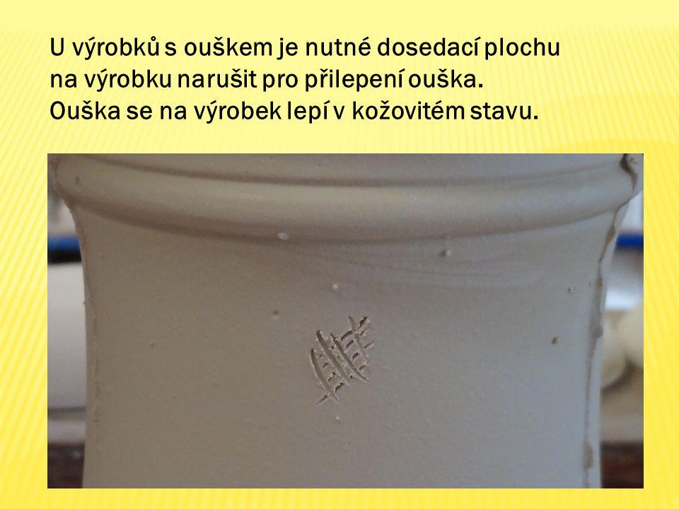 U výrobků s ouškem je nutné dosedací plochu na výrobku narušit pro přilepení ouška.