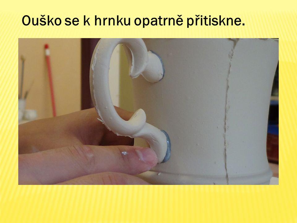 Ouško se k hrnku opatrně přitiskne.