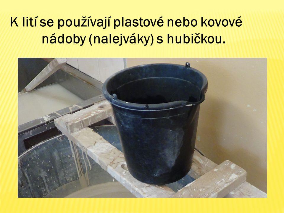 K lití se používají plastové nebo kovové nádoby (nalejváky) s hubičkou.