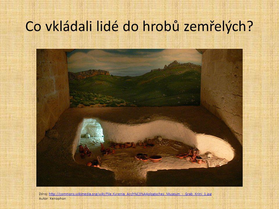 Co vkládali lidé do hrobů zemřelých