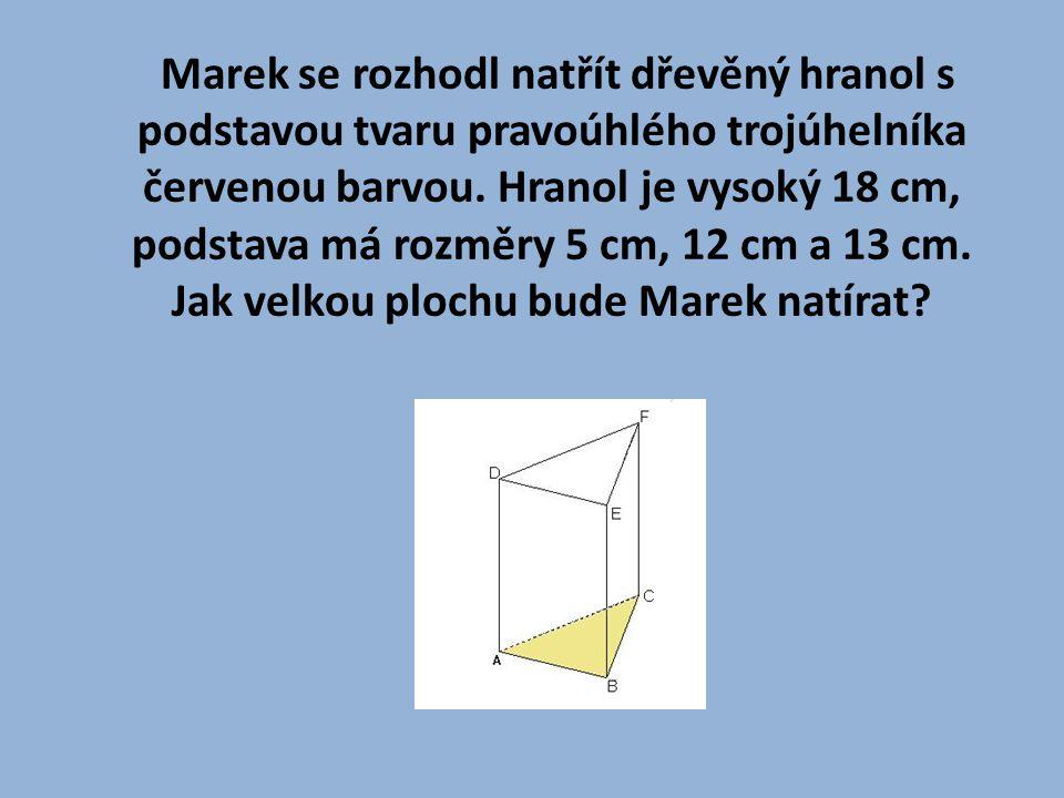 Marek se rozhodl natřít dřevěný hranol s podstavou tvaru pravoúhlého trojúhelníka červenou barvou.
