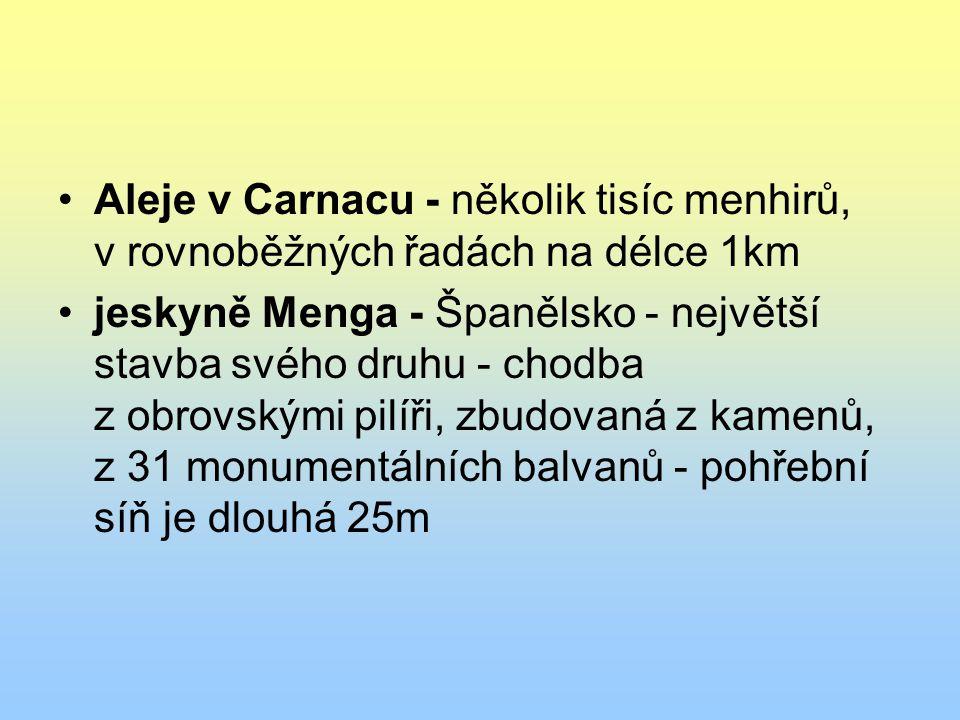 Aleje v Carnacu - několik tisíc menhirů, v rovnoběžných řadách na délce 1km