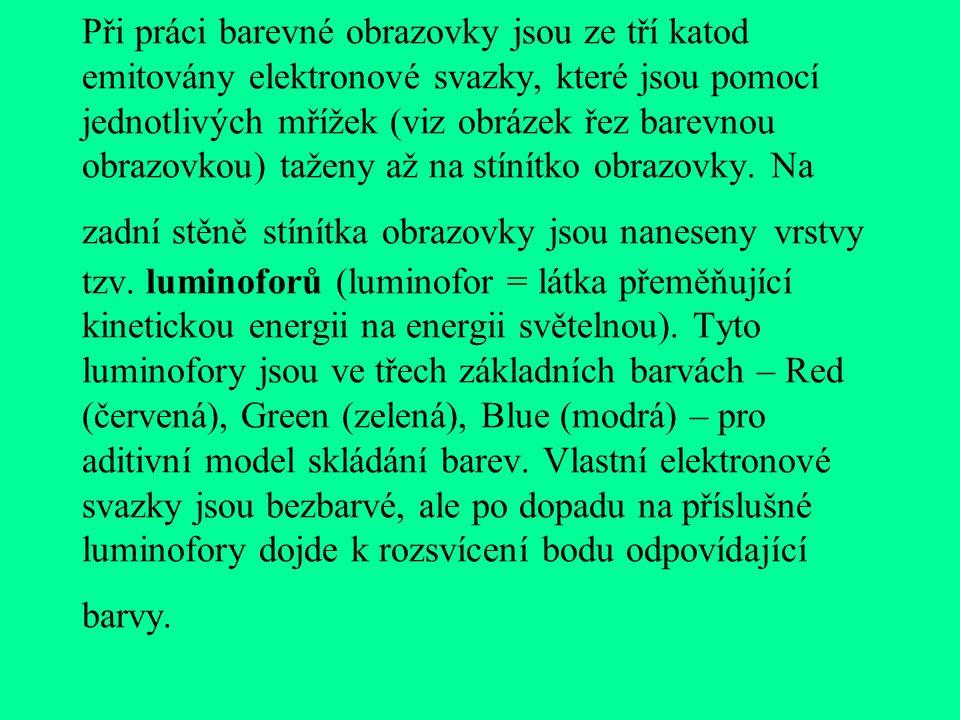 Při práci barevné obrazovky jsou ze tří katod emitovány elektronové svazky, které jsou pomocí jednotlivých mřížek (viz obrázek řez barevnou obrazovkou) taženy až na stínítko obrazovky.