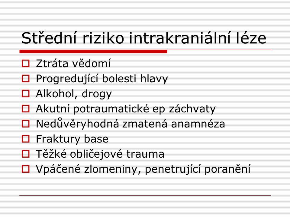 Střední riziko intrakraniální léze