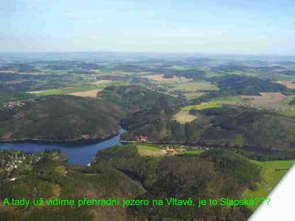 A tady už vidíme přehradní jezero na Vltavě, je to Slapská