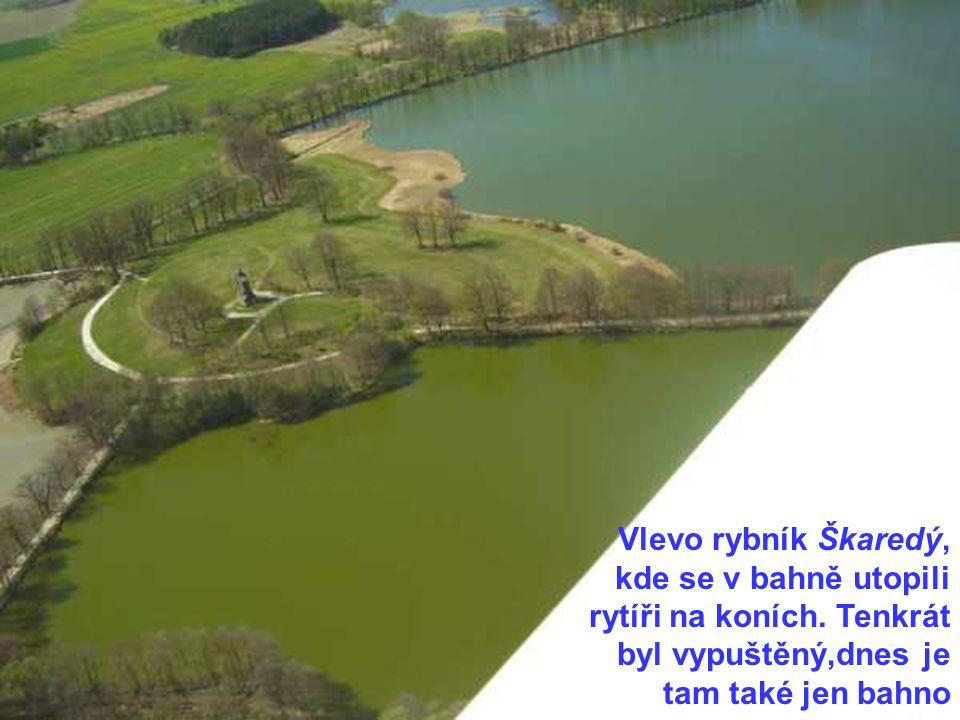 Vlevo rybník Škaredý, kde se v bahně utopili rytíři na koních