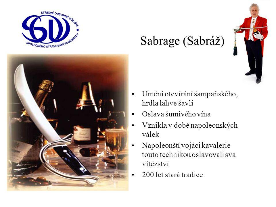 Sabrage (Sabráž) Umění otevírání šampaňského, hrdla lahve šavlí