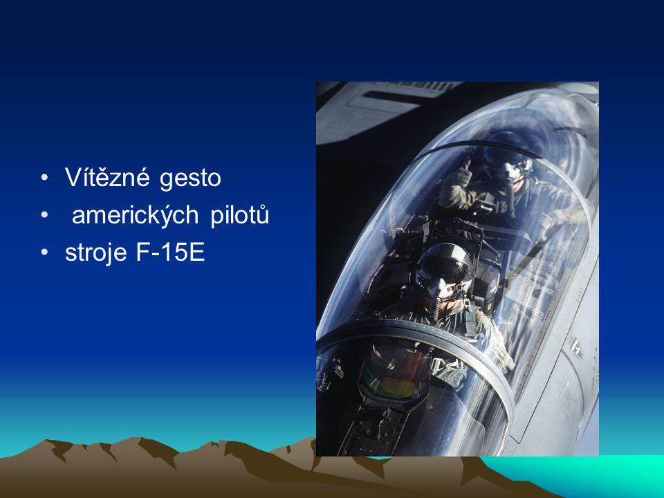 Vítězné gesto amerických pilotů stroje F-15E