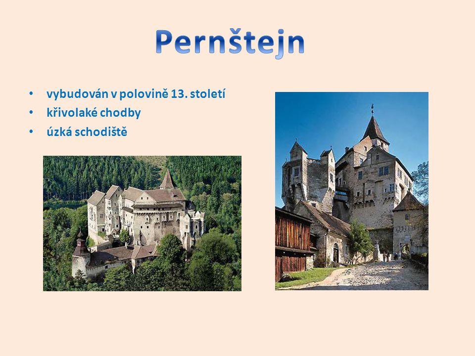 Pernštejn vybudován v polovině 13. století křivolaké chodby