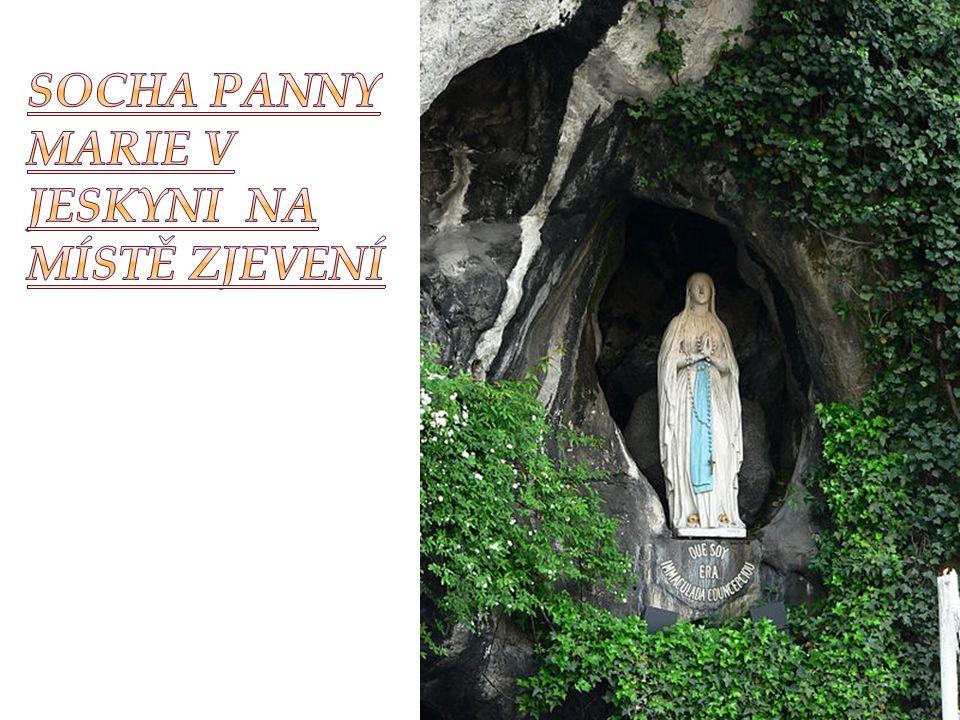 Socha Panny Marie v jeskyni na místě zjevení