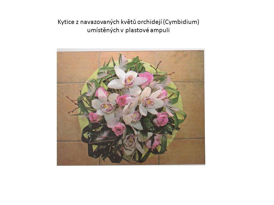 Kytice z navazovaných květů orchidejí (Cymbidium) umístěných v plastové ampuli