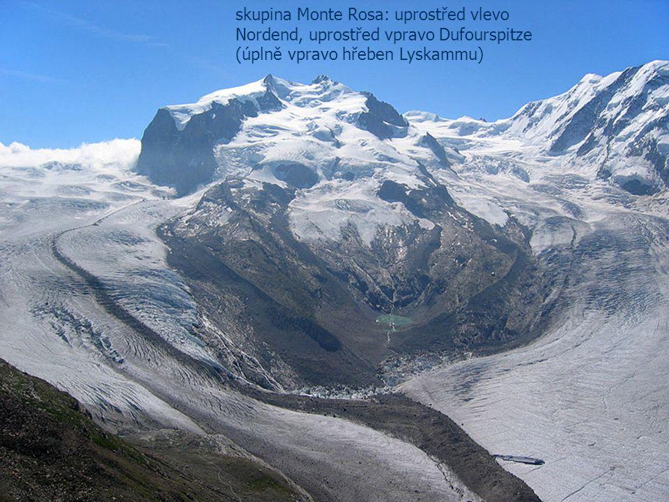 skupina Monte Rosa: uprostřed vlevo Nordend, uprostřed vpravo Dufourspitze (úplně vpravo hřeben Lyskammu)